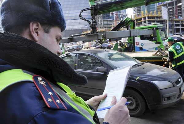 инспектор выписывает штраф за эвакуацию