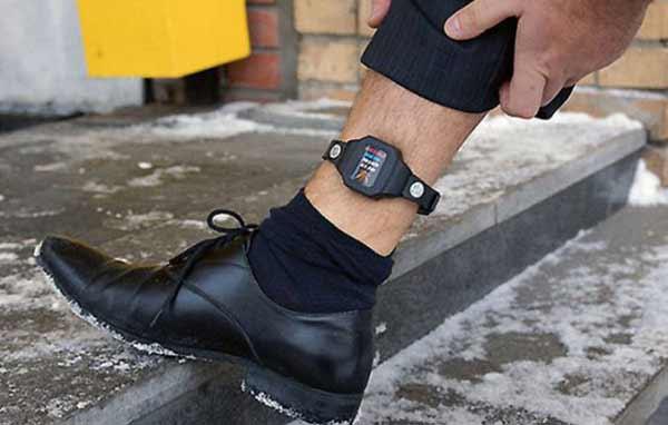 браслет на ноге при домашнем аресте