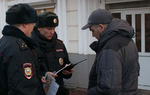 Обязан ли гражданин передавать паспорт в руки сотруднику полиции при проверке документов на улице.