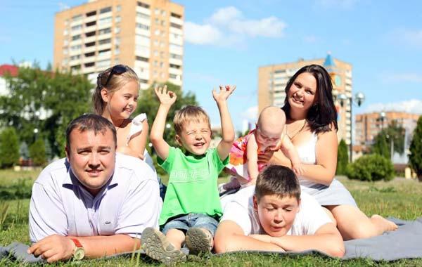 По новому закону многодетным семьям выдадут 450 тысяч на оплату ипотеки.