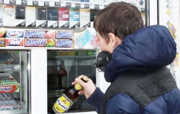 Наказание за продажу спиртных напитков несовершеннолетним детям и подросткам по закону о реализация алкогольной продукции.