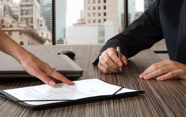 Как написать и в какое отделение банка должен подавать исполнительный лист взыскатель.